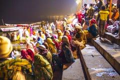 Hinduiskt vallfärdar i Varanasi vid natt Arkivbild