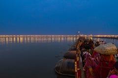 Hinduiskt vallfärdar resande till Kumbhaen Mela, Indien Royaltyfri Bild