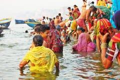 Hinduiskt vallfärdar ta badet på Varanasi Arkivbild