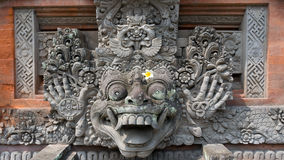 Hinduism: Staty som dekoreras med den härliga blomman Arkivbild