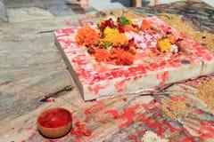 Hinduismblomma som erbjuder den Jagdish templet Udaipur Indien Arkivfoto