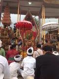 Hinduismceremoni på den Batur templet Arkivfoto