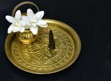 Hinduismus-Gebetsmessingplatte mit Anfeuchter, Weihrauch und Blumen lizenzfreies stockfoto