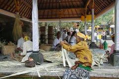Hinduismusfrauen, die Angebote machen Stockfotos
