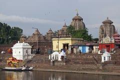 Hinduistische Tempel auf dem Rand von heiligem See Lizenzfreie Stockfotos