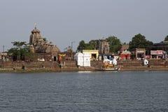 Hinduistische Tempel um heiligen See Stockbild