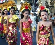 Hinduistische Zeremonie auf den Straßen von Ubud stockfotos