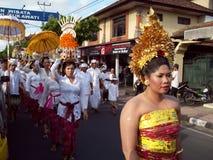 Hinduistische Zeremonie auf den Straßen von Ubud stockbild