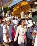 Hinduistische Zeremonie auf den Straßen von Ubud lizenzfreies stockfoto