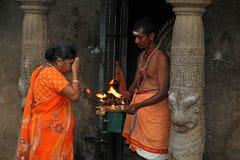 Hinduistische Zeremonie am kleinen Tempel Stockbild