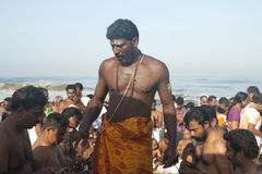 Hinduistischer Priester führt ein Ritual in Kerala Lizenzfreies Stockbild