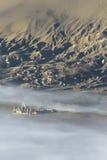 Hinduistischer Tempel im Nebel, Indonesien Lizenzfreies Stockbild