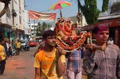 Hindus庆祝Holi节日采取队伍运载的神象 库存图片