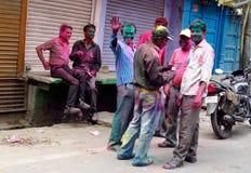Hindus, die das Festival von Farben Holi in Indien feiern Stockfotos