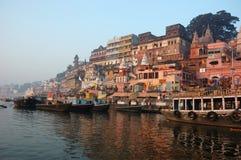 Hindus führen Ritualpuja an der Dämmerung, Benares, Indien durch Stockfotos