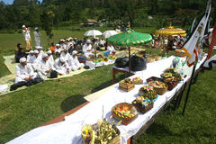 Hindus firar Melasti i Karanganyar, Indonesien Royaltyfri Bild