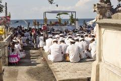 Hindus i böner, - Nusa Penida, Indonesien Royaltyfri Foto