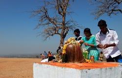Hindus realiza el abhishekam a señor Shiva, estatua de piedra, al aire libre Imagen de archivo libre de regalías