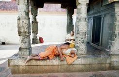 Hindus schlafend in einem Tempel Lizenzfreie Stockfotos