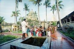Hindus werden von der heiligen Vertiefung gewaschen Stockfotos