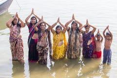 Hinduscy kobieta pielgrzymi biorą skąpanie w Świętym rzecznym Ganges Varanasi indu zdjęcie stock