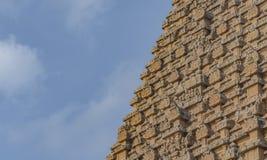 Hinduska świątynia na niebieskiego nieba tle - Częściowa architektura - zdjęcia royalty free
