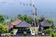Hinduska świątynia w wschodzie Bali wyspa, Indonezja Wulkan Agung na tle Zdjęcie Stock