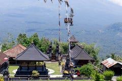 Hinduska świątynia w wschodzie Bali wyspa, Indonezja Wulkan Agung na tle Zdjęcia Royalty Free