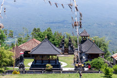 Hinduska świątynia w wschodzie Bali wyspa, Indonezja Wulkan Agung na tle Zdjęcie Royalty Free