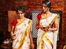 Hinduska kobieta w ayurveda zdroju. zdjęcia royalty free