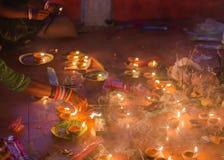 Hinduski dewotki modlenie i oświetlenia kadzidło wtykamy w świątyni Obrazy Royalty Free