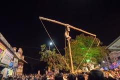 Hinduski dewotki obwieszenie od słupa dla Charhak festiwalu dla powitalnego Bengalskiego nowego roku 1424, Fotografia Royalty Free