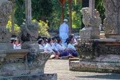 Hinduski ksiądz i balijczyk kobiety przy rytuałem przy Taman Ayun zastępcami zdjęcie stock