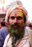 Hinduski sadhu z twarzą w pełni mażącą z colours Zdjęcie Stock
