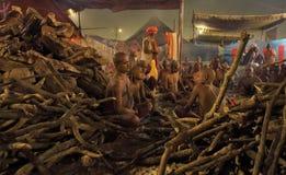 Hinduski Sannyasis i pielgrzymi przy Maha Kumbh Mela festiwalem Fotografia Royalty Free