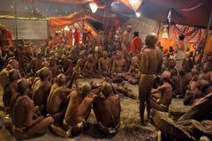Hinduski Sannyasis i pielgrzymi przy Maha Kumbh Mela festiwalem Obraz Royalty Free
