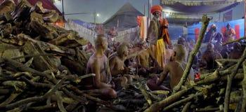 Hinduski Sannyasis i pielgrzymi przy Maha Kumbh Mela festiwalem Zdjęcia Royalty Free