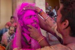 Hinduskie dewotki świętują Lathmar Holi w Barsana wiosce, Uttar Pradesh, India Fotografia Stock