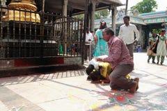Hinduskie dewotki wykonują Sashtanga Namaskar przy Kapaleeshawar świątynią fotografia stock