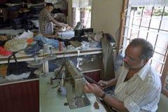 Hindustani Schneider, der im Dressmaking, Surinam arbeitet lizenzfreies stockbild