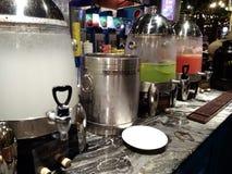 Hineingegossene Getränke an einer Bar stockfoto