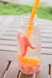 Hineingegossene Wasserflasche des Auffrischungsgetränks der Mischungsfrucht Lizenzfreie Stockfotos