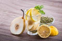 Hineingegossene Wassermischung der Birne, der Zitrone und der Mungobohne Lizenzfreie Stockfotografie