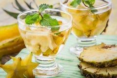 Hineingegossene Wassermischung von Ananas und von Sternfrucht stockbilder