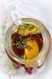 Hineingegossenes Olivenöl Stockfoto