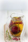 Hineingegossenes Olivenöl Lizenzfreies Stockbild