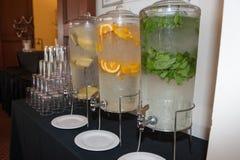 Hineingegossenes Wasser für die Gäste Stockbilder