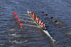 Hingham HS乘员组在头赛跑查尔斯赛船会人` s青年时期八 免版税库存图片