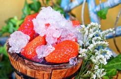 Hink av jordgubbar med krossad is royaltyfria foton