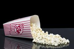 Hink av spillt popcorn Arkivfoto